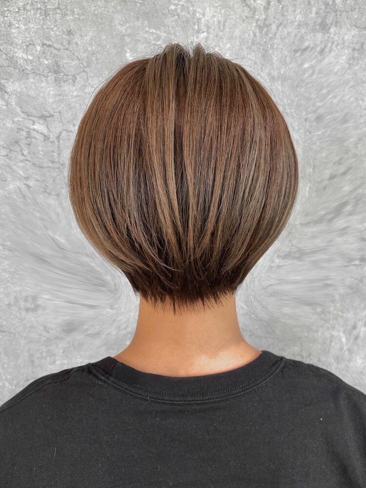 襟足がスッキリとした後頭部に丸みのある前下がりショートヘア