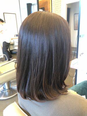 縛れる長さの大人ロブスタイルはツヤ感が大事なヘアスタイル