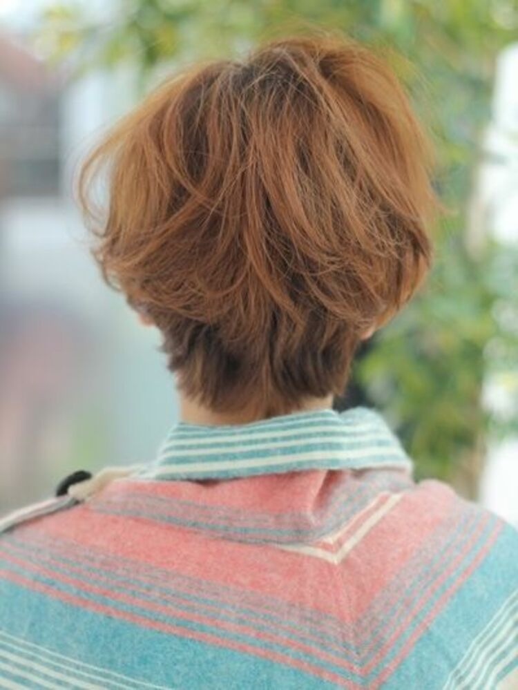 ベージュ系カラーでショートヘアに立体感を出し髪の動きを出したプレイフルショート