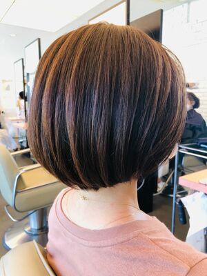 伸びても白髪が目立ちにくいスライドメッシュカラーリングでスッキリボブスタイル