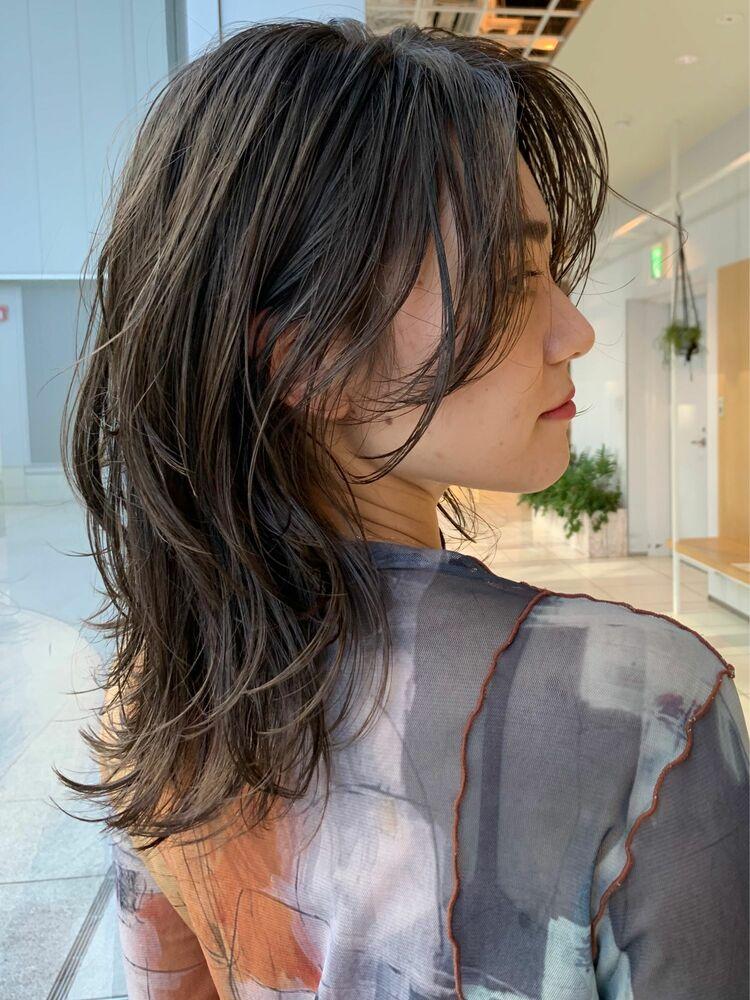 ウェットな質感で色っぽさアップ!たっぷりレイヤーのミディアムヘア