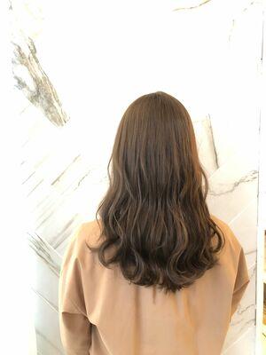 [アッシュベージュカラーで透明感のあるツヤが髪スタイル].