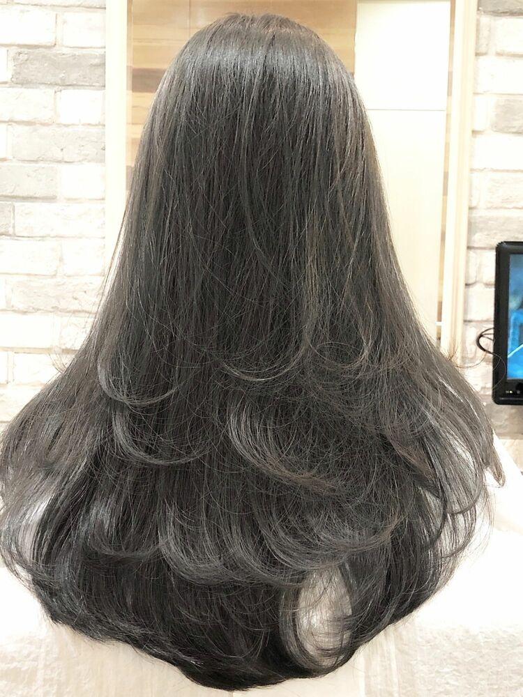 グレージュの毛先が重なるレイヤースタイル
