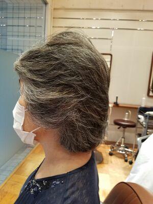 60代ミディアムヘアで纏まりやすいレイヤースタイルです。