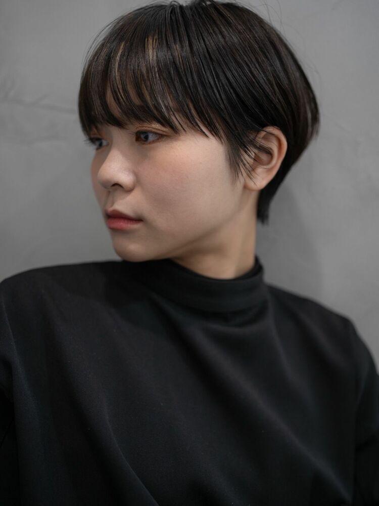 前髪のハイライトがポイントのショートヘアスタイル。