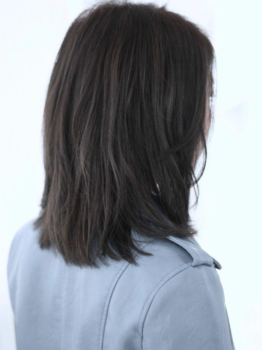 クールな女性の大人ミディアム流れる前髪内巻き外ハネのしやすいツーウェイミスエッセンス竹下