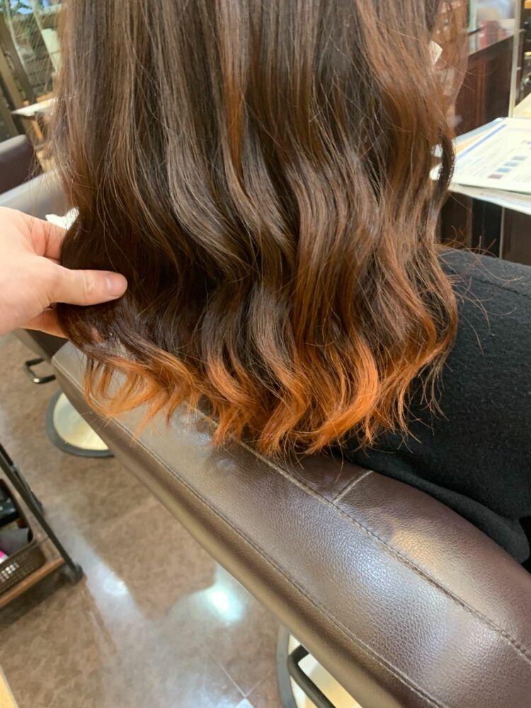 ミディアムレングスの裾カラーオレンジ