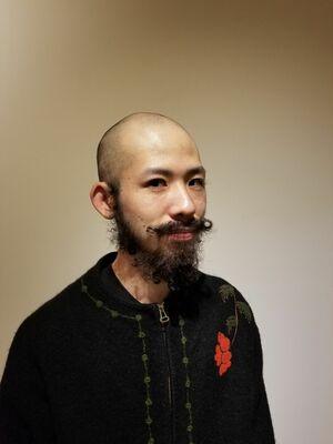 坊主頭とひげパーマ