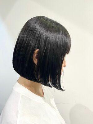 透明感のある暗髪でシンプル前下がりボブ