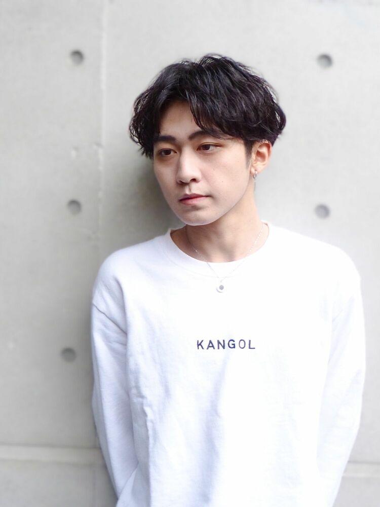 立体感のあるシャドウパーマ風の韓国センターパートヘア