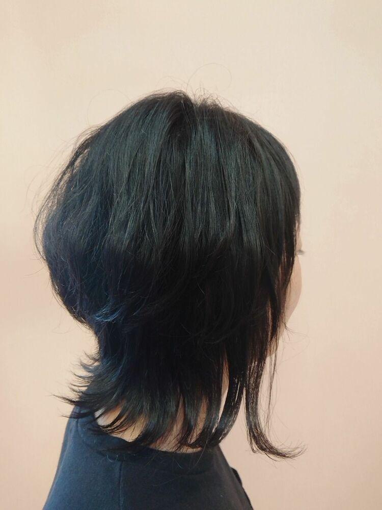 黒髪くびれミディアムの外ハネスタイル