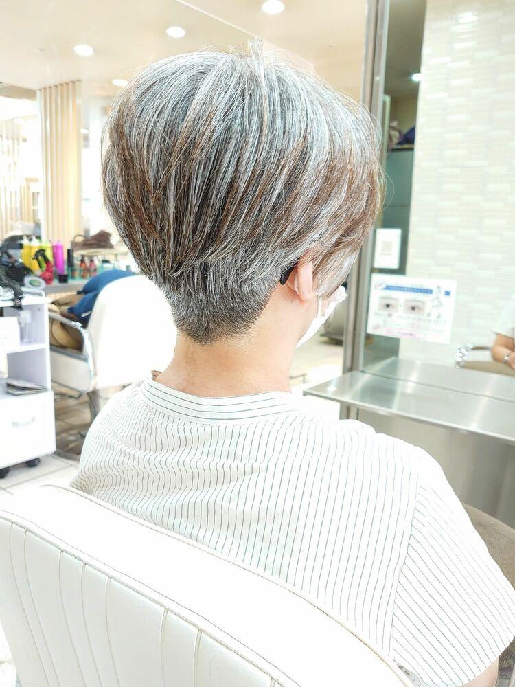 グレーヘアを刈り上げショート
