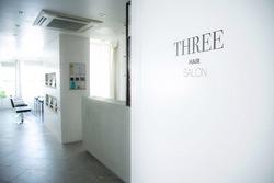 THREEの内観の画像
